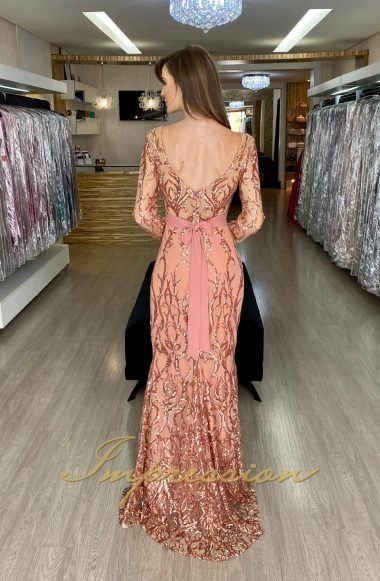 Vestido de festa em tule bordado em paetês, saia reta, manga longa, decote em V.